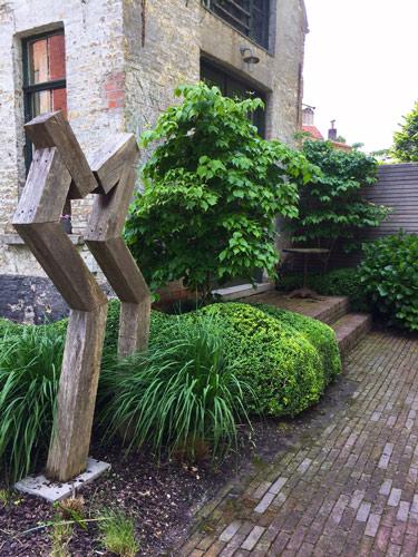 Tuin met beeld